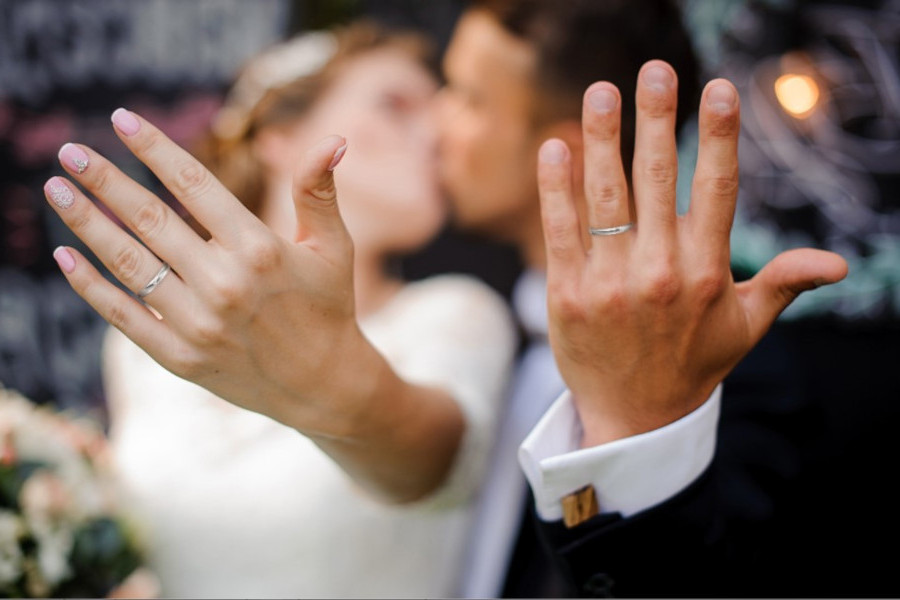 Brautpaar mit Eheringen an den Händen