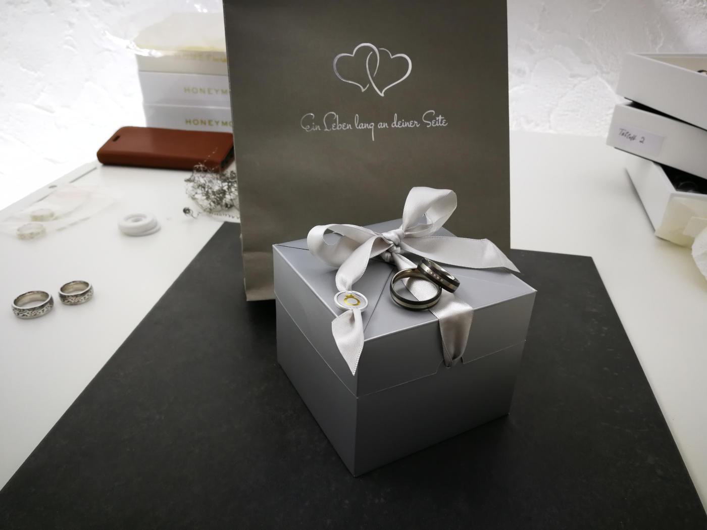 Carbon-Trauringe auf Geschenkverpackung
