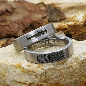 Eheringe mit Symbolen: Fingerabdruck und Schallwellen